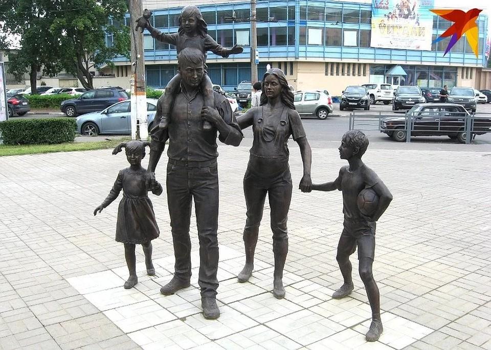 Памятник многодетной семье в Твери (до того, как его развернули).