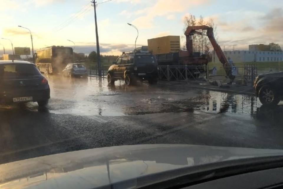 Прорыв воды произошел на проспекте Луначарского