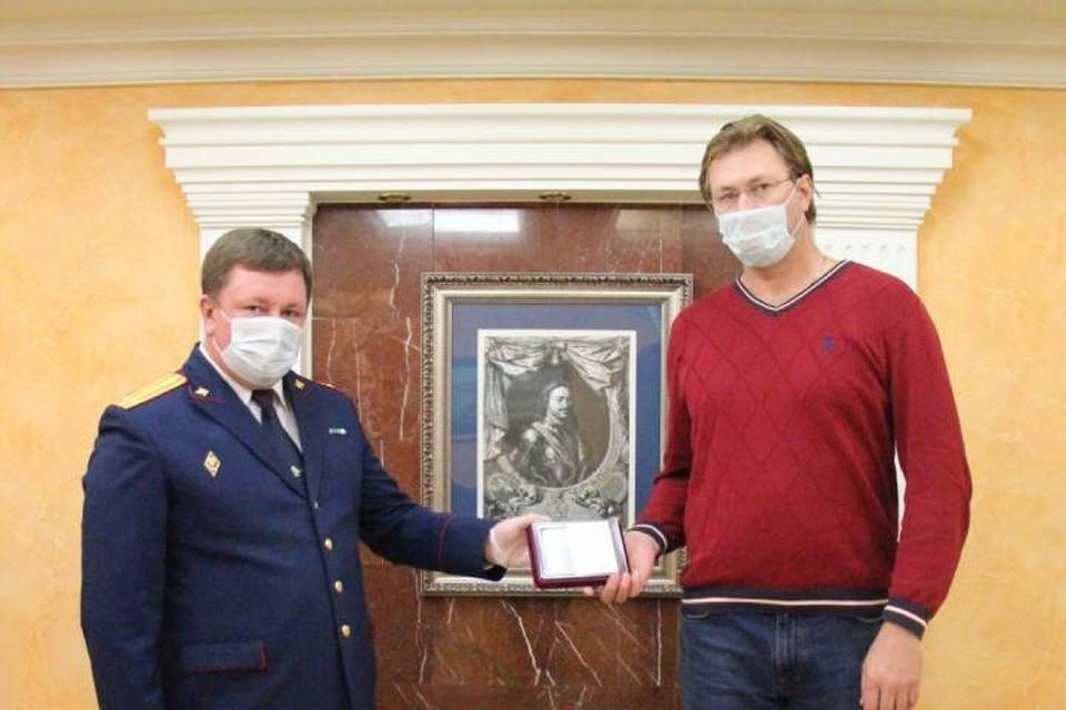 В Петербурге наградили мужчину за спасение детей из горящей машины / Фото: СК по СПб