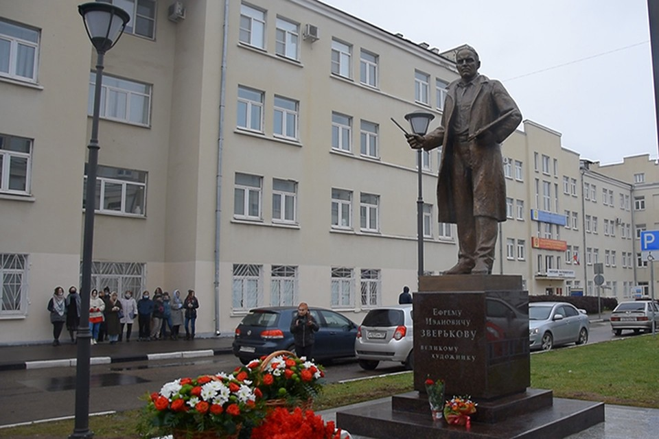Памятник установлен между корпусами Тверского госуниверситета Фото: администрация Твери