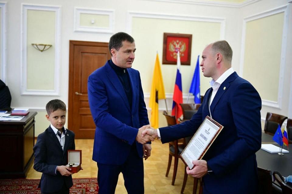 В Ярославле наградили мужчину, спасшего мальчика из огня