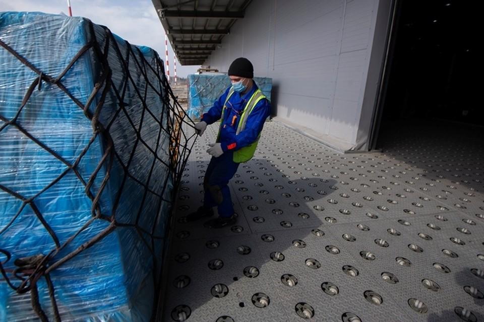 Самолет доставил в Кузбасс крупную партию лекарств от коронавируса и ОРВИ