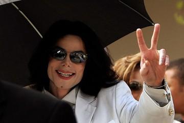 Иск к правопреемникам Майкла Джексона, обвиненного в сексуальном насилии над детьми, отклонили