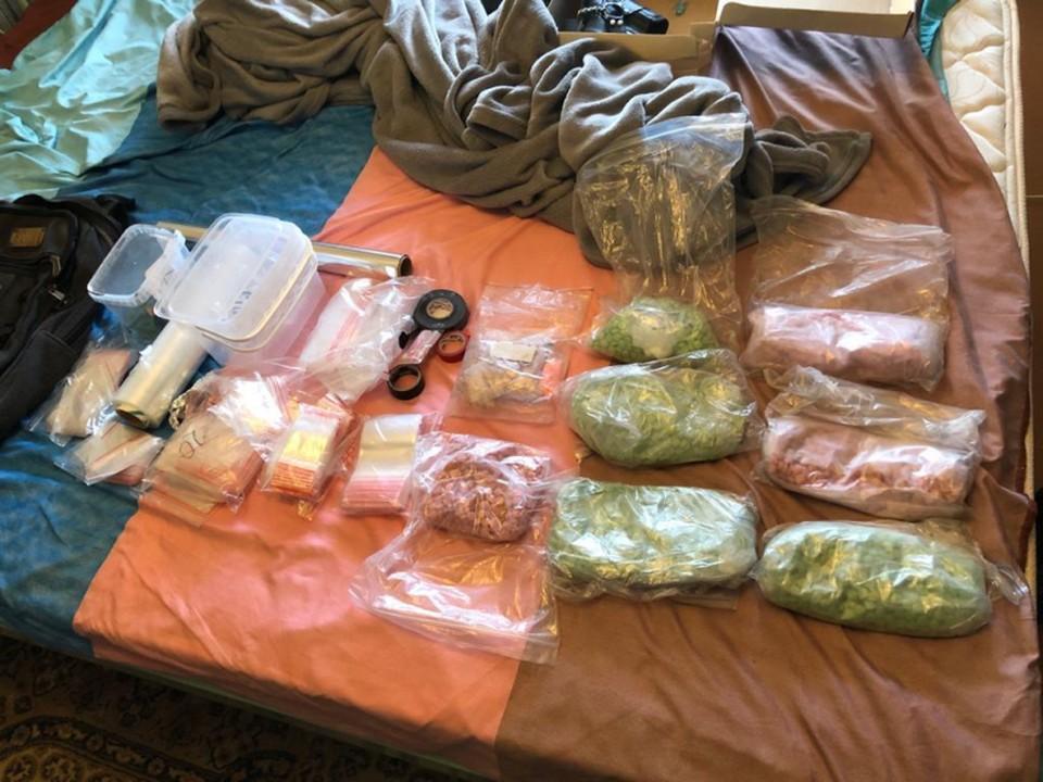 У жителя Симферополя изъяли больше 5 килограммов наркотиков. Фото: пресс-служба МВД по Крыму.