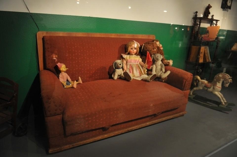 Житель курортной столицы Крыма попал в «плен» дивана во время ремонта мебели.