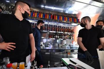 Рестораторы раскритиковали запрет Роспотребнадзора на работу общепита в ночное время