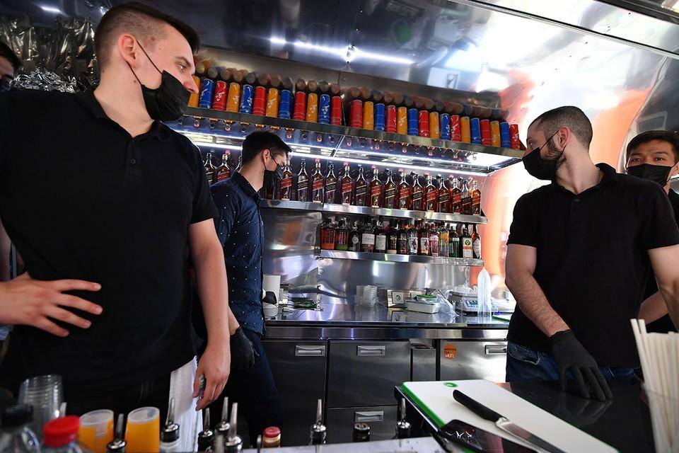 Роспотребнадзор выпустил постановление, которое временно запрещает в России работу развлекательных заведений и общепита во время с 23:00 до 6:00.