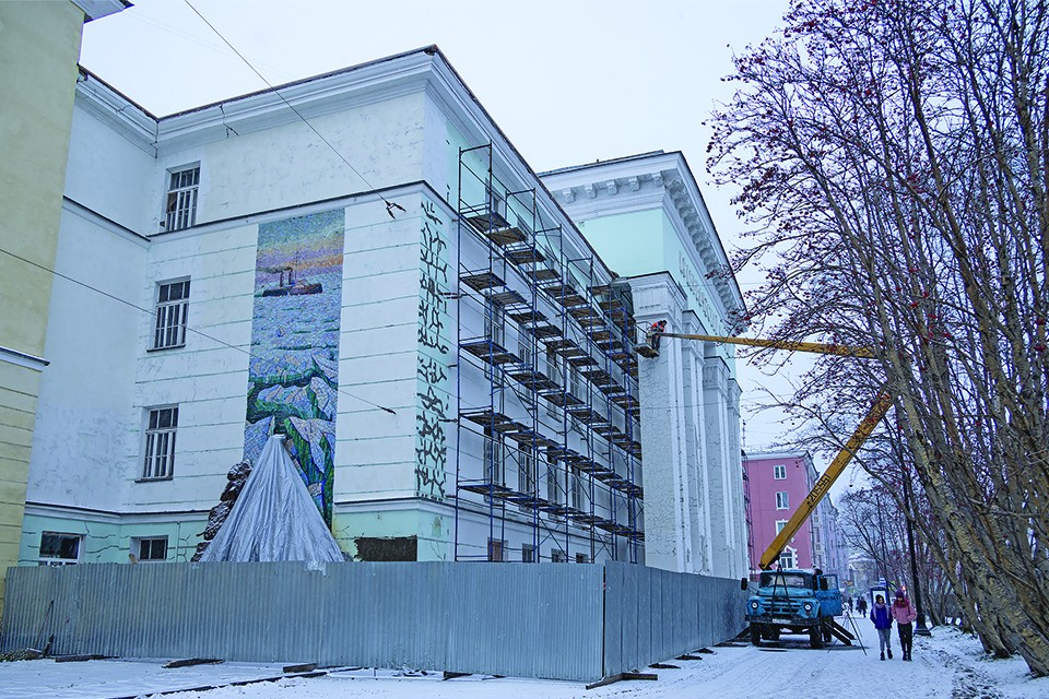 Реконструкция культурных объектов - одна из ключевых задач в регионе. Сейчас идут работы в краеведческом музее и областном драмтеатре.