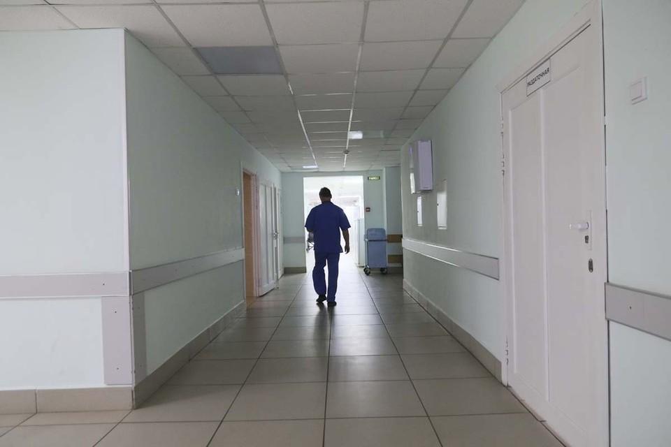 Главврач барнаульской больницы прокомментировал сообщения о лежавшем несколько дней в коридоре трупе