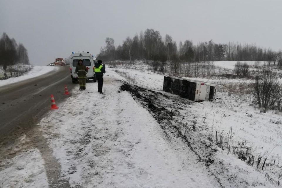 Восемь человек пострадали в перевернувшемся автобусе в Кузбассе. ФОТО: пресс-служба ГУ МВД России по Кемеровской области.