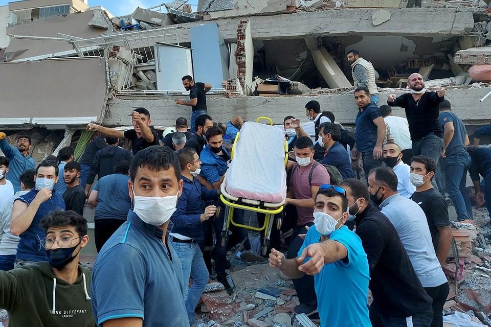 В Измире разрушено более 20-и домой и общественных зданий