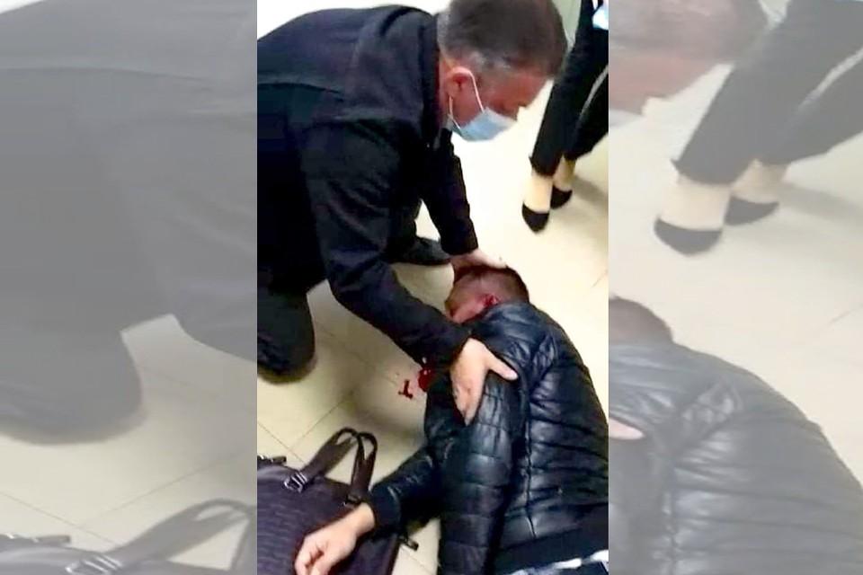 Первую помощь избитому мужчине оказал случайно оказавшийся рядом врач-реаниматолог.