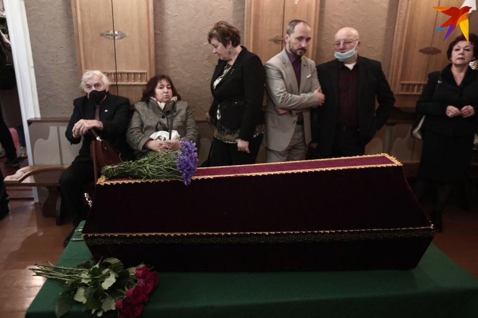 Останки Змитрока Бядули перезахоронили на Восточном кладбище. Перед этим гроб с останками стоял в «беларускай хатцы», где несколько лет жил классик