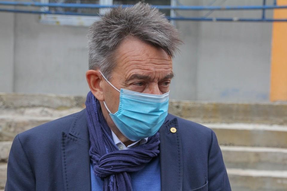 Маурер проинспектировал ход ремонтных работ в горловской амбулатории