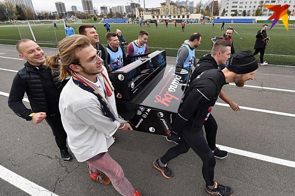 Пианино требовалось пронести 400 метров.