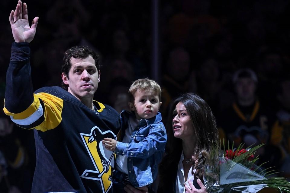 Евгений Малкин со своим сыном и женой Анной Кастеровой.