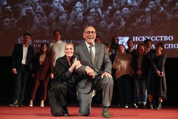 Юлия Высоцкая и Андрей Кончаловский встали на колени перед публикой