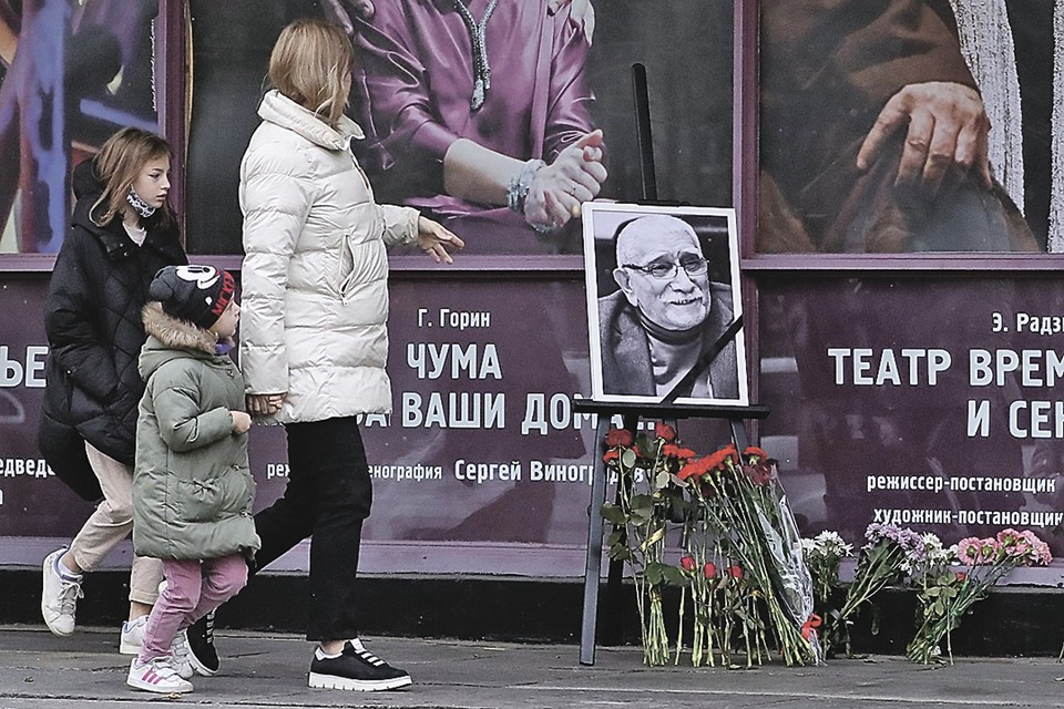 Все выходные люди несли цветы к Театру Армена Джигарханяна на Ломоносовском проспекте. Фото: Артем НОВОДЕРЕЖКИН/ТАСС