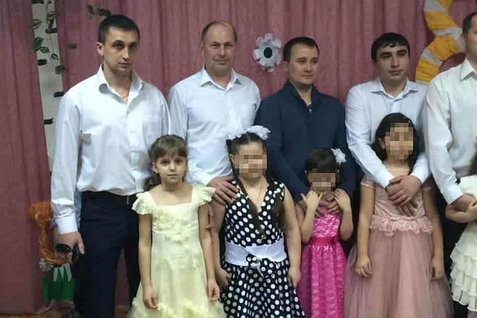 Погибший Роман Гребенюк с дочерью Яной (слева), убийца Арсен Мелконян с племянницей (справа). Утренник в детском садике.