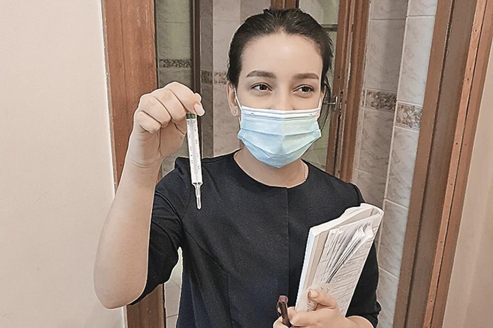 Медсестра Даша внимательно следила за температурой добровольцев.