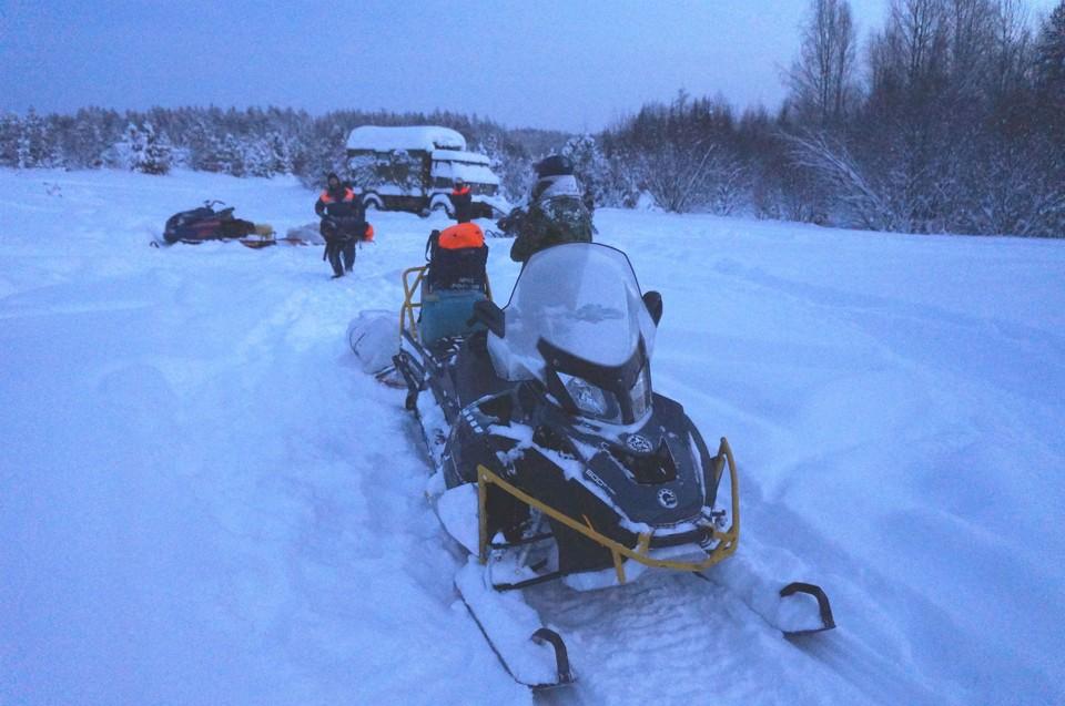 На поиски туристов на трех снегоходах выехали шесть человек Фото: МЧС по Свердловской области