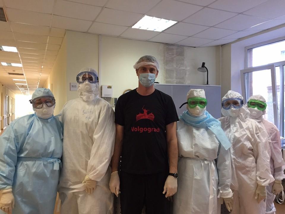 Роман Мяконький с коллегами, которые помогли ему побороть ковид. Фото из личного архива Романа Мяконького.