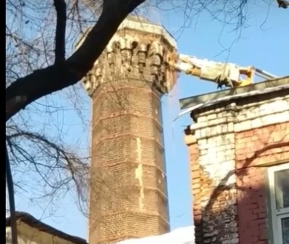 Начало разрушения башни, сейчас от нее уже почти ничего не осталось.