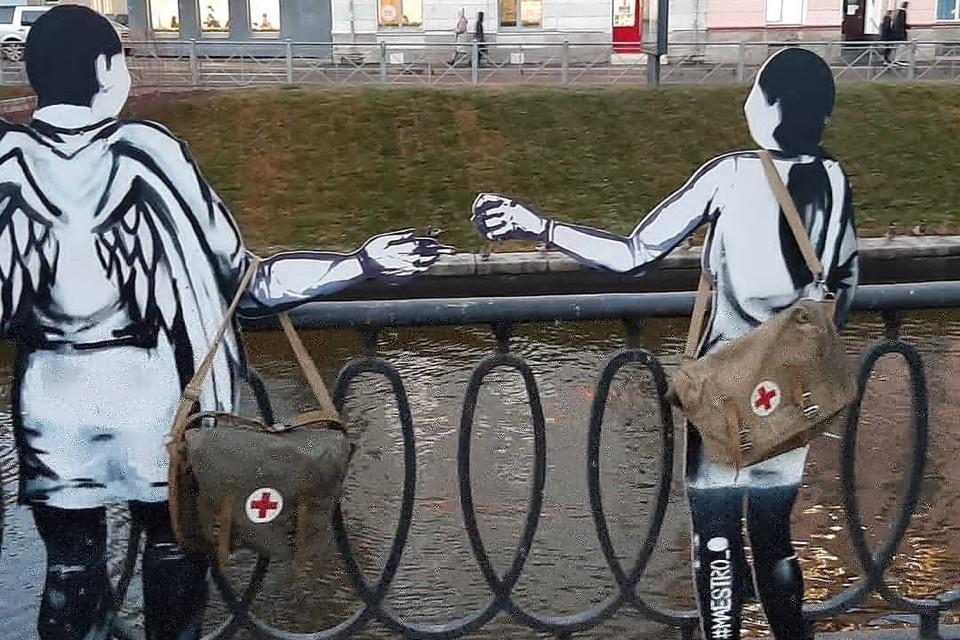 Две фигуры ангелов появились на месте будущего памятника погибшим медикам. Фото: vk.com/visboris