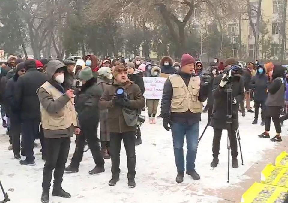 Народ собирается, несмотря на холодную погоду.