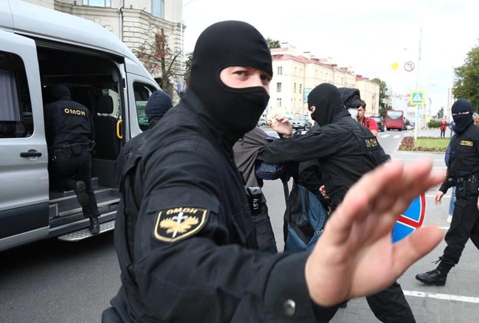 Силовики берут под контроль центр Минска в ожидании очередной протестной акции оппозиции.