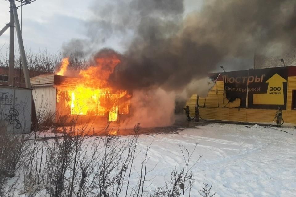 """Крупный пожар произошел возле ТЦ в Кузбассе. ФОТО: vk.com, """"ЧП Ленинск-Кузнецкий 112"""""""
