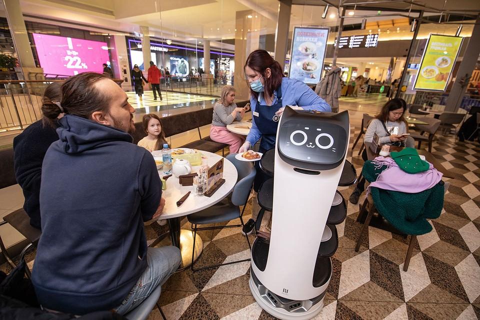 В московских кафе стали появляться роботы-официанты.