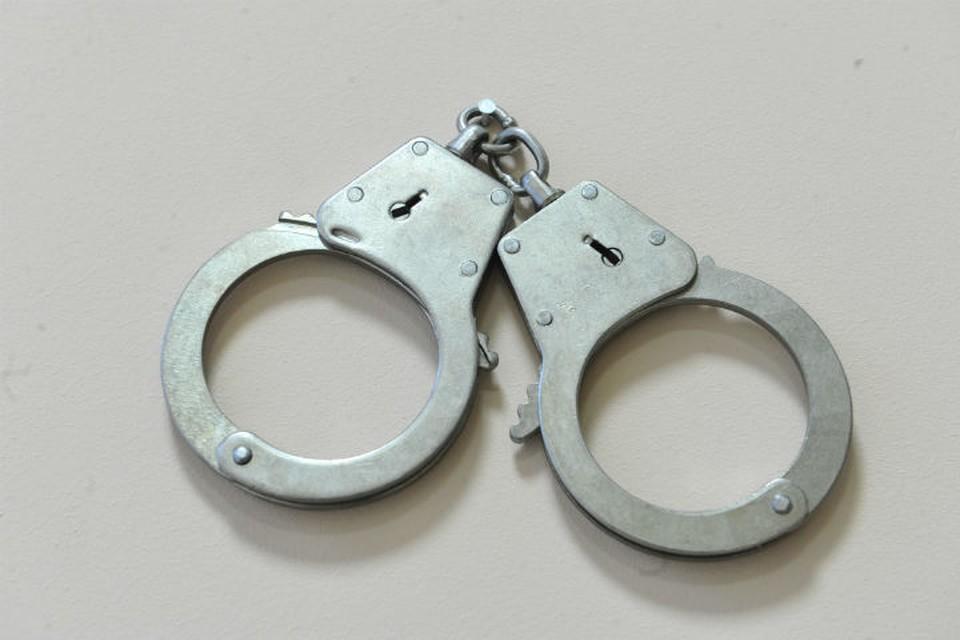 Мужчина может отправиться в колонию на срок до пяти лет и заплатить штраф в размере от 100 до 200 тысяч рублей