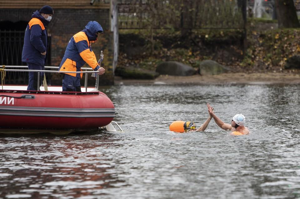 15 спортсменов решили проплыть вокруг островов Канта и Октябрьского, а это аж 15 километров в 6-7-градусной воде.