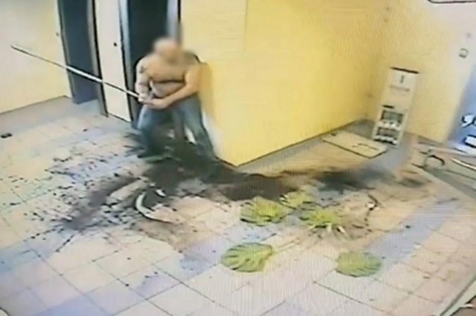 Инцидент произошел утром 22 августа 2020 года. Житель Заозерска выпил, взял в руки фрагмент металлической трубы и бросил ее в двери одной из гостиниц Мурманска. Фото: СУ СК России по Мурманской области.