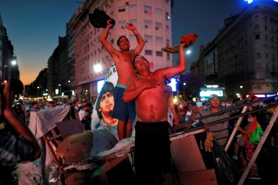 Оплакивающие Марадону фанаты устроили беспорядки в центре Буэнос-Айреса