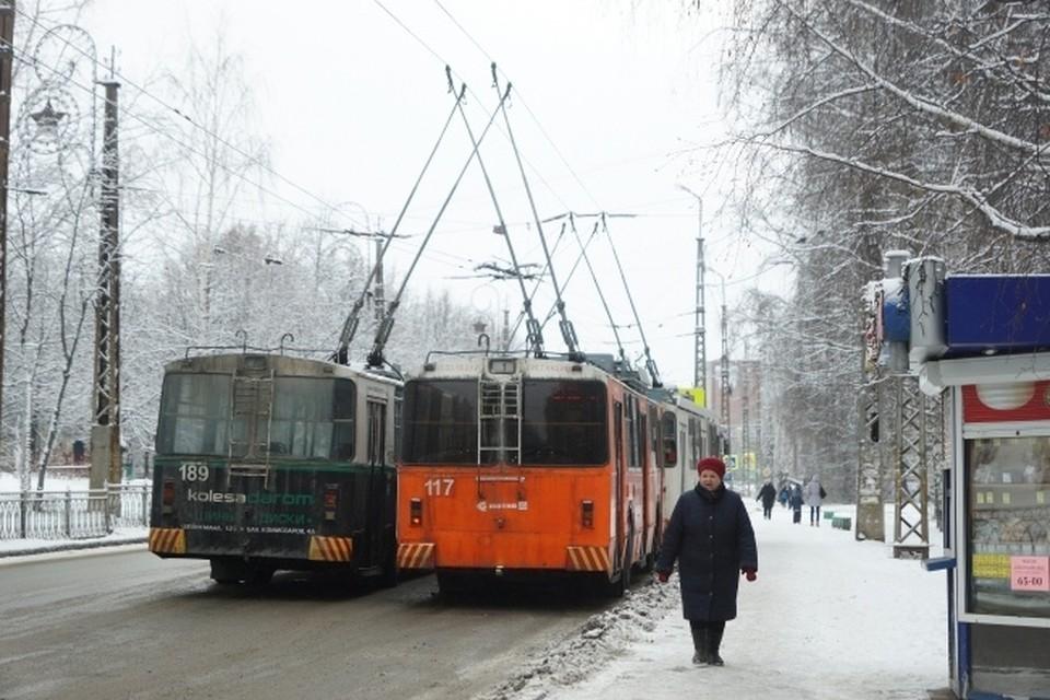 Новосибирцы жалуются на пробку, возникшую на Октябрьском мосту из-за скопления троллейбусов.