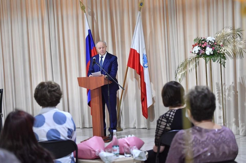 Валерий Радаев наградил многодетных матерей Саратовской области