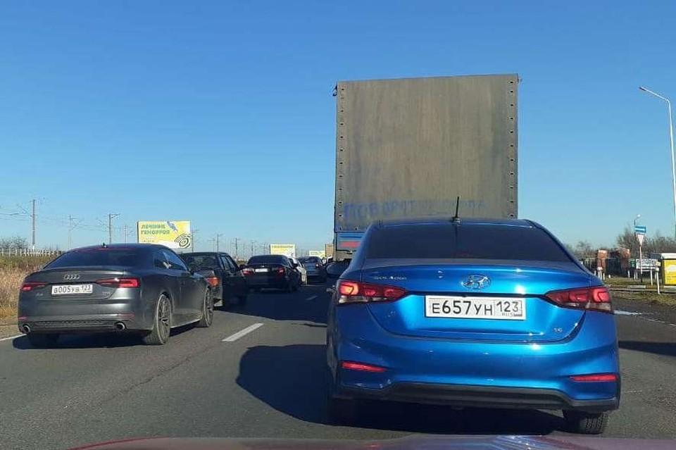 Водители жалуются, что движение на дороге практически нет.