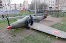 «Аэрокобра» для детей: петербургский учитель установил в школьном дворе макет самолета со съемок Бекмамбетова