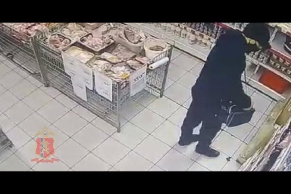 В Железногорске покупатель украл из магазина 17 банок красной икры. Стоп-кадр видео