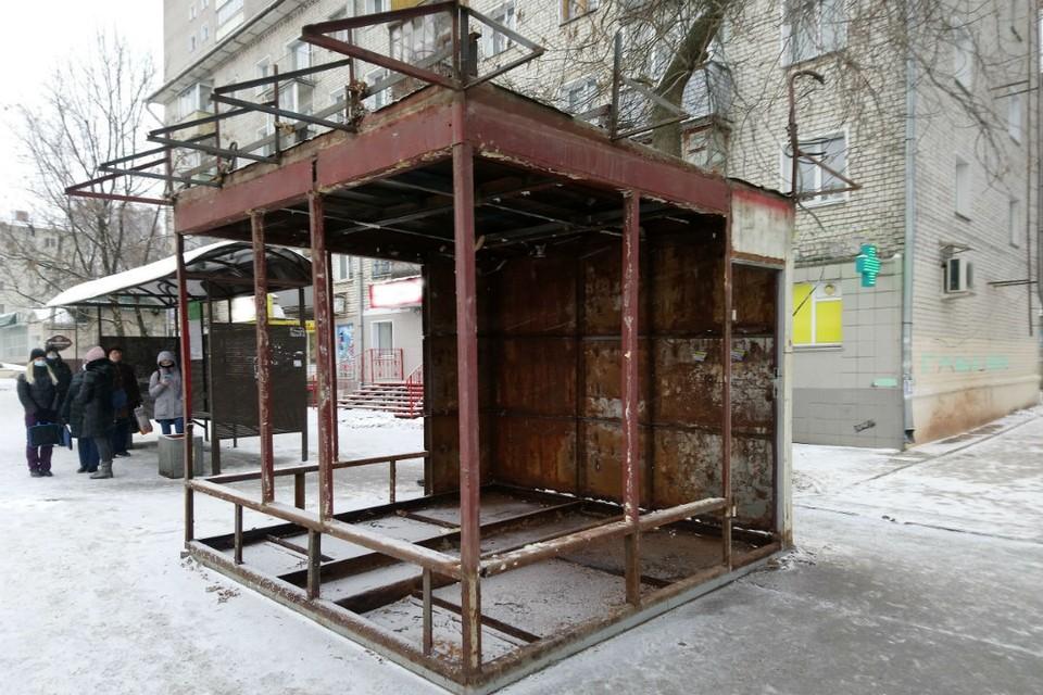 От киоска «Роспечати» у дома 78 на улице Воровского осталась только железная конструкция.