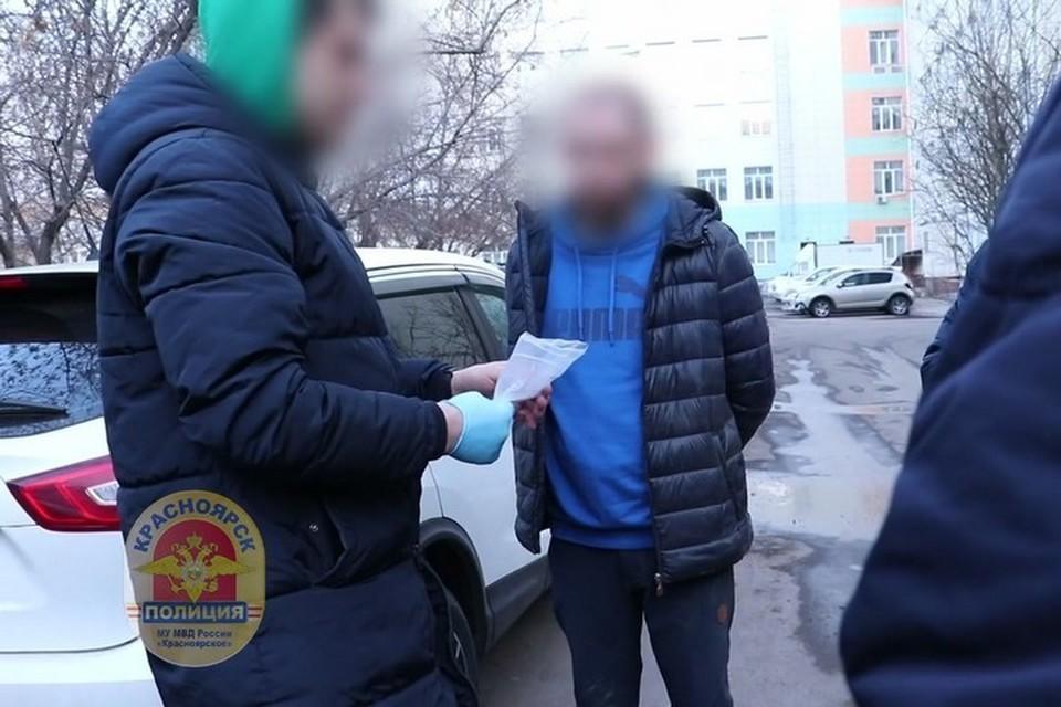 Житель Красноярска хранил в холодильнике полкилограмма наркотиков. Стоп-кадр видео