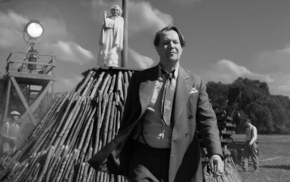 Главный герой фильма - голливудский сценарист Херман Манковиц в исполнении Гэрри Олдмана.