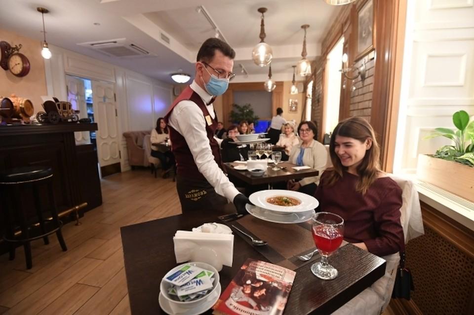 Сейчас официанты работают в масках и защитных щитках. Но этого мало?