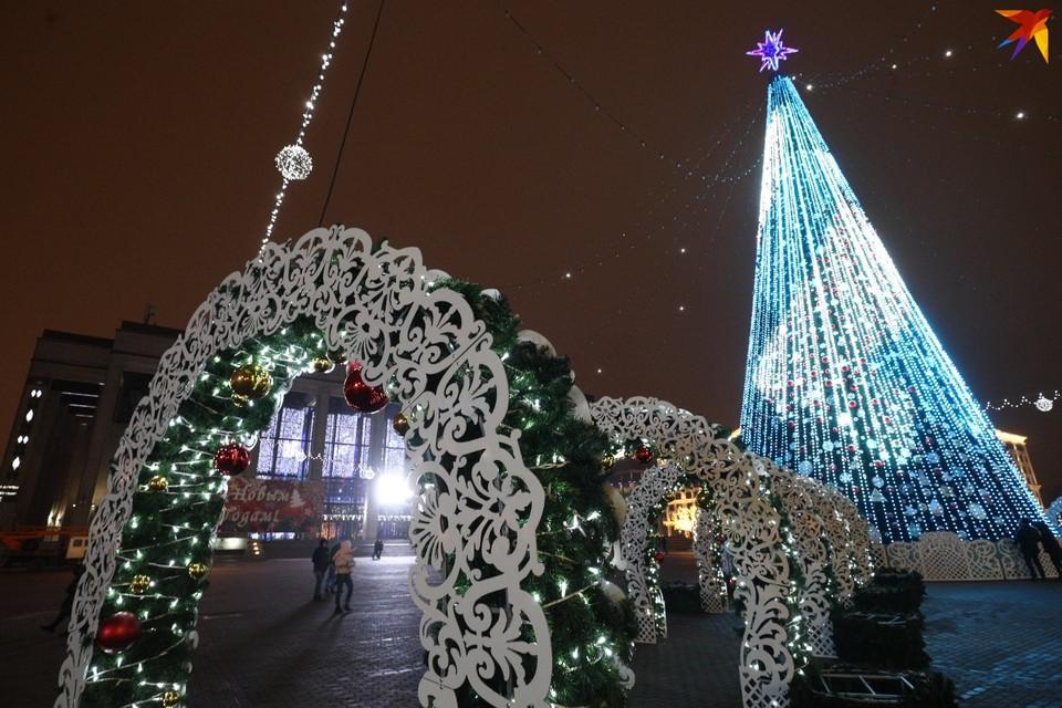 У главной елки страны появилась такая праздничная арка.
