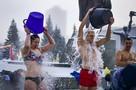«Купальники встали колом»: новосибирцы облились ледяной водой в -33 градуса