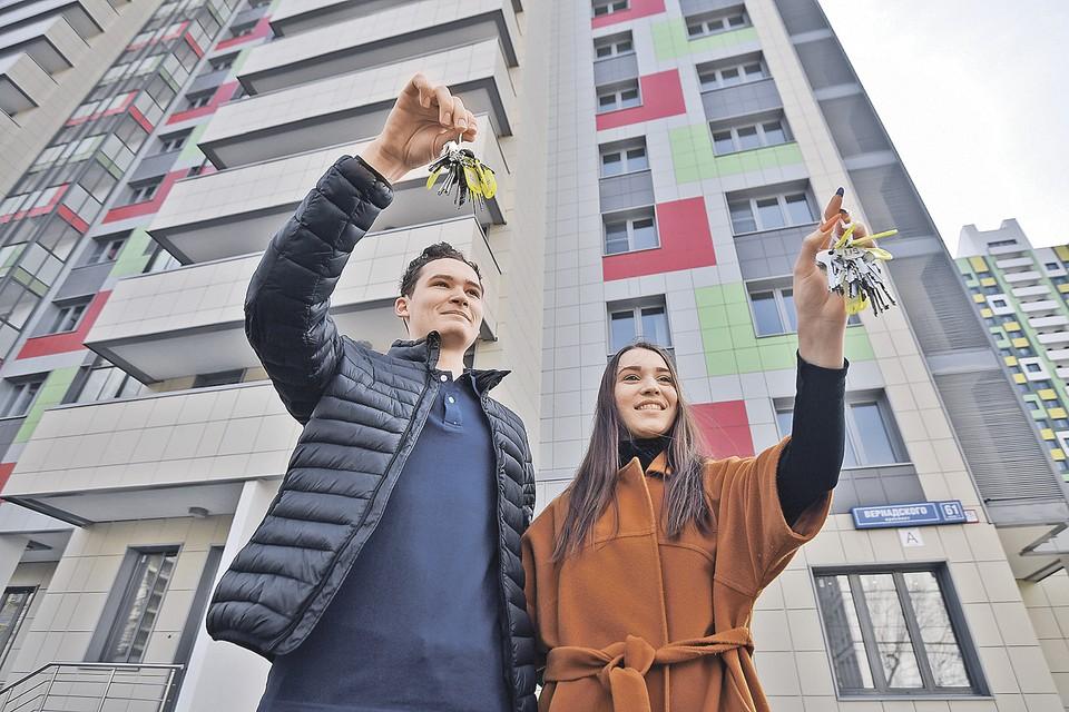Жильцы держат ключи от квартир в новом доме, построенном в рамках программы реновации на бульваре Рокоссовского.