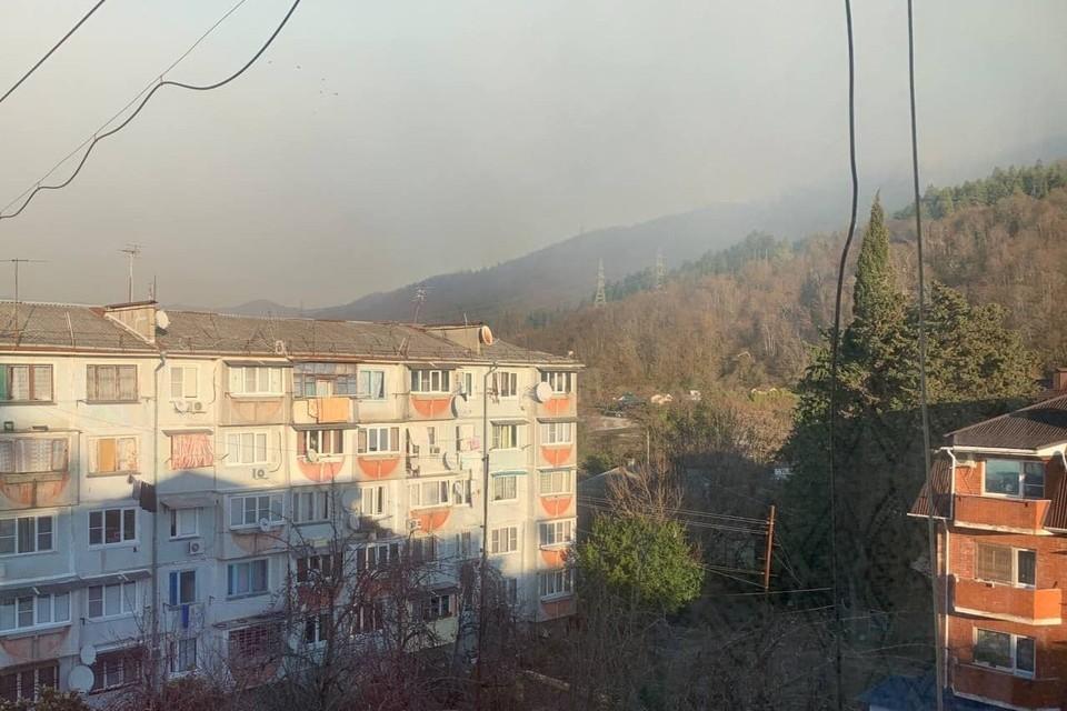 Дым и огонь видны из окон Фото: Любимый Сочи