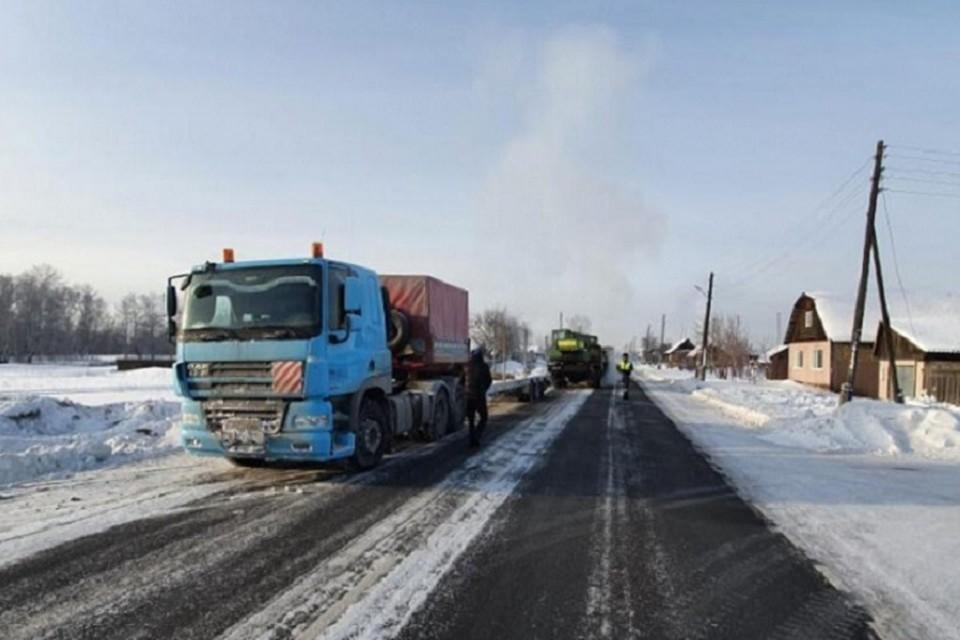 Из-за мороза машину не могли вытащить из кювета три дня. Фото: ГУ МВД России по Красноярскому краю.